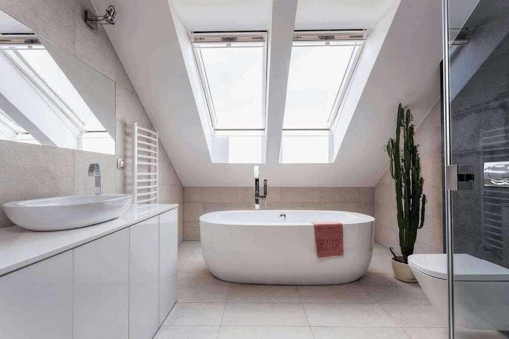 koupelna s volně stojící vanou