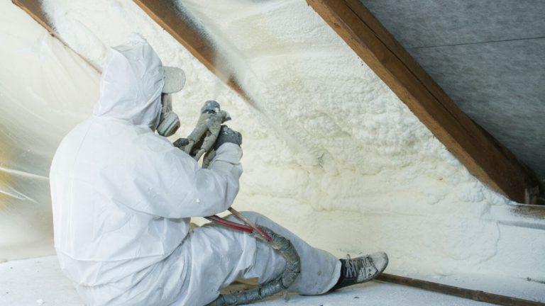 Co je stříkaná izolace? – dokonalé zateplení střechy